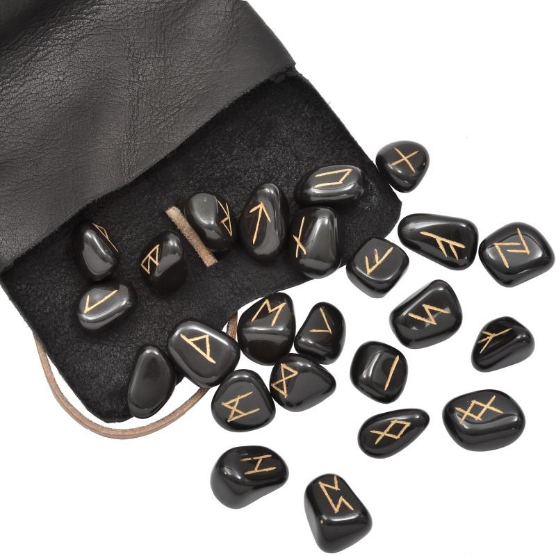 Runensteine in Ledertasche