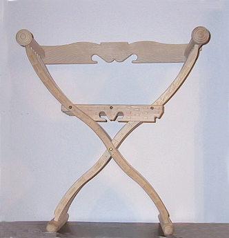 Scherenstuhl mit Rückenlehne und Dekor