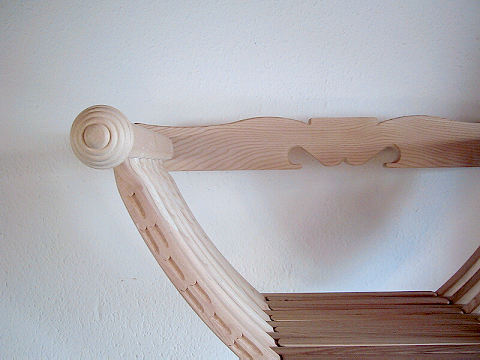 Bild Nr. 2 Scherenstuhl mit Rückenlehne und Dekor